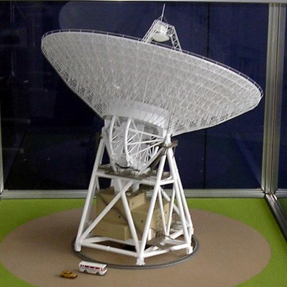 臼田の深宇宙探査用アンテナの模型(上下と回転の動き)